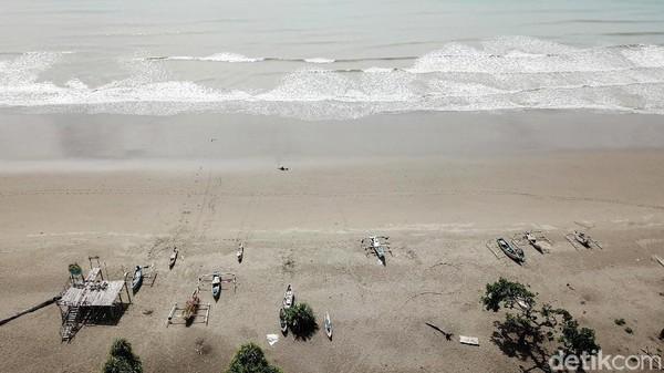 Dari Kota Betun, pantai ini terletak sekitar 20-an kilometer dengan waktu perjalanan 20-25 menit.
