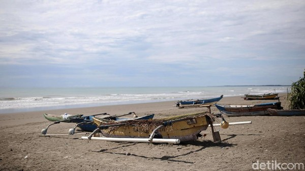 Kebersihan pantai terjadi karena tidak banyak wisatawan yang datang berkunjung.