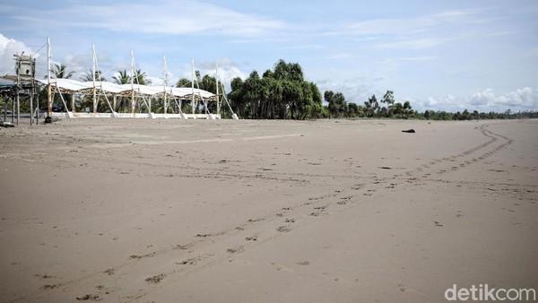 Bagi wisatawan yang hendak ke Pantai Raihenek harus membawa bekal sendiri karena di lokasi wisata belum memiliki rumah makan.