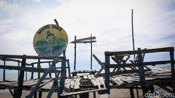 Di pantai tersebut juga disediakan spot untuk foto-foto bagi pengunjung, meskipun sudah tak terawat.