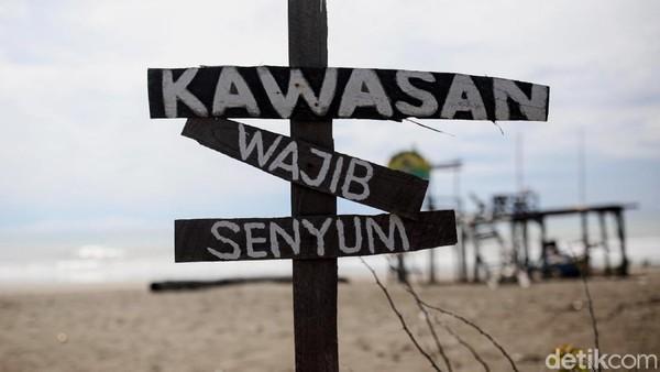 Plang bertuliskan kawasan wajib senyum terpasang di sekitar pantai. Jadi para pengunjung diwajibkan untuk selalu ramah saat berada di pantai tersebut.