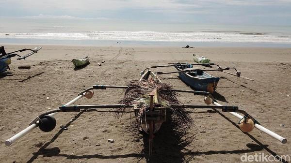 Sejumlah perahu nelayan ditambatkan di pantai.