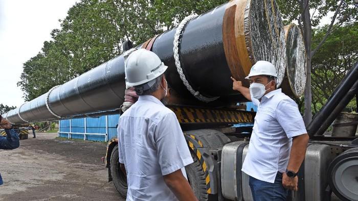 Direktur Utama PT Krakatau Steel (Persero) Tbk Silmy Karim (kanan) berfoto dengan Dirut PT KHI Pipe Industries Utomo Nugroho (kiri) saat acara seremoni Completion Shipment Ekspor Pipa Baja ke Australia, di Cilegon, Banten, Rabu (23/12/2020). PT KS melalui anak perusahaanya PT KHI Pipe Industries mengekspor 4.370 ton pipa baja berdiameter 1.500 mm, tebal 25 mm dan panjang 50 meter senilai 3,8 juta US dolar untuk pipa pancang konstruksi Dermaga HMAS Coonnowarra yang merupakan pangkalan militer AL Australia di Darwin. ANTARA FOTO/Asep Fathulrahman/foc.