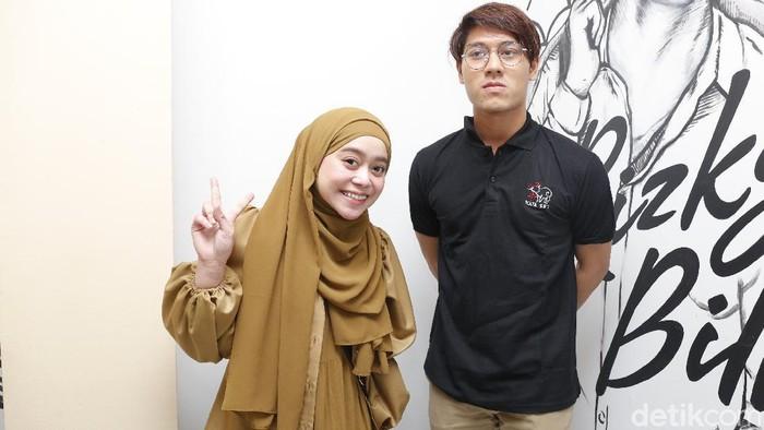 Artis Rizky Billar bersama Lesty Kejora saat ditemui dikawasan Kemang, Jakarta, Selasa, (22/12/2020).