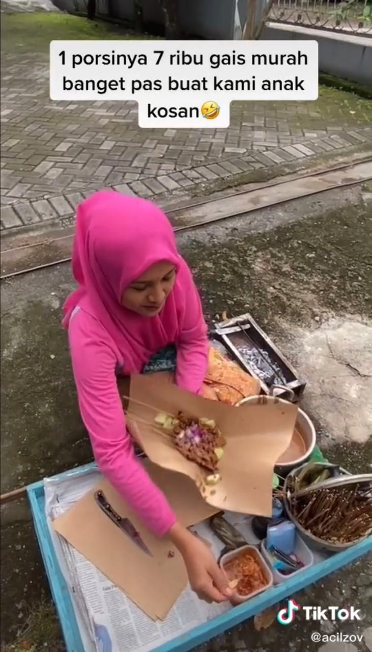 Senyum Manis Olivia, Penjual Sate di Pinggir Jalan Bikin Pembeli Kesengsem