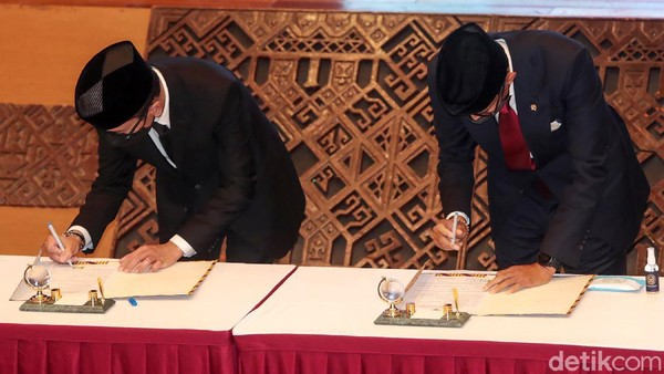 Wishnutama dan Sandiaga menandatangani berita acara serah terima jabatan Menteri Pariwisata dan Ekonomi Kreatif (Menparekraf).