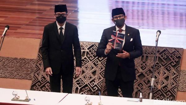 Sandiaga Uno resmi menjadi Menparekraf setelah dilantik Presiden Jokowi pagi tadi.