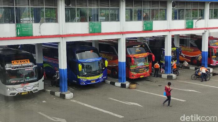 Menjelang libur Natal dan tahun baru (Nataru), Terminal Purabaya di Bungurasih masih lengang. Belum ada lonjakan penumpang.