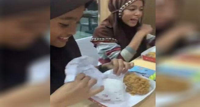 Keren! 5 Kisah Orang yang Hobi Traktir Makan Bocah Pemulung
