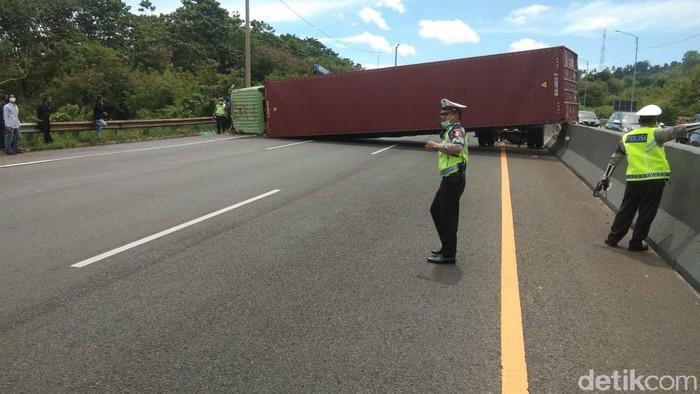Truk kontainer terguling dan menutup jalan Tol Cipularang Purwakarta