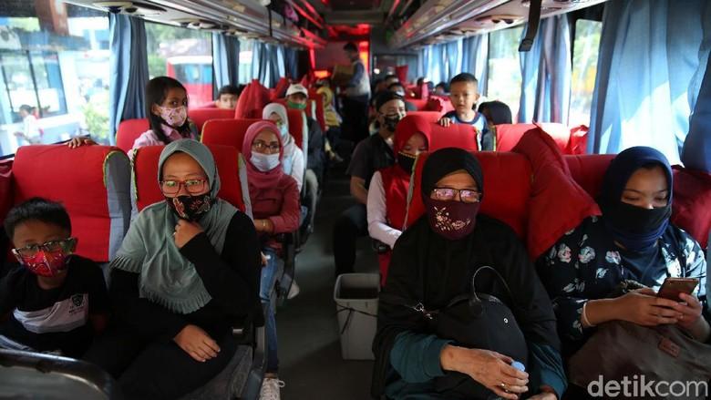 Pemudik memadati Terminal Kampung Rambutan, Jakarta. Hingga kini tercatat sebanyak 5.869 penumpang telah keluar Jakarta melalui terminal ini.