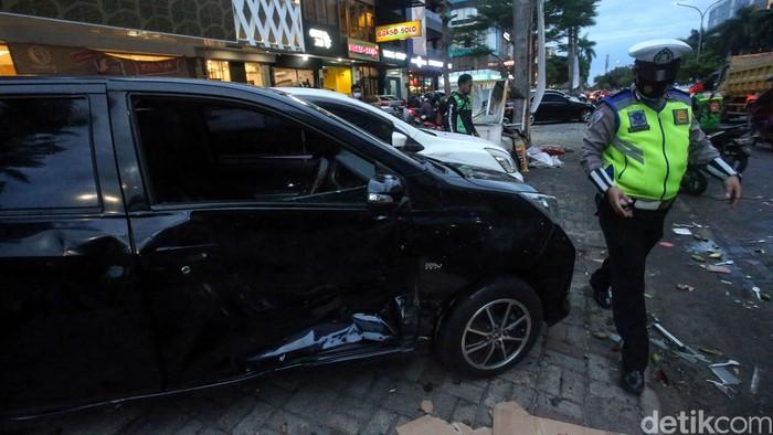 Sebuah mobil menabrak gerobak pedagang pempek di kawasan Pantai Indah Kapuk, Jakarta. Selain gerobak pempek, sebuah motor juga ringsek akibat kecelakaan itu.