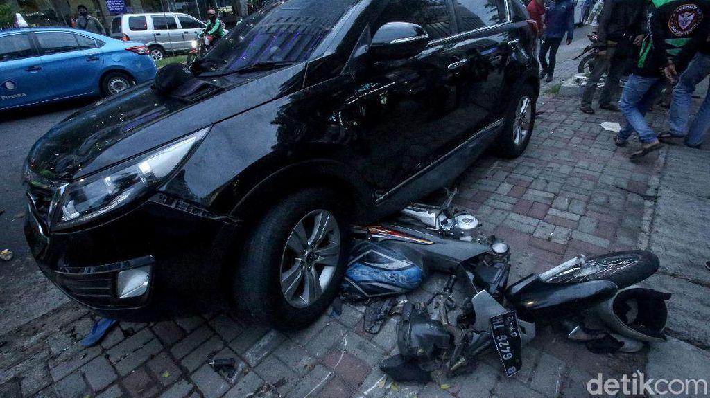 Motor-Gerobak Makanan Ringsek Gegara Kecelakaan Mobil di PIK