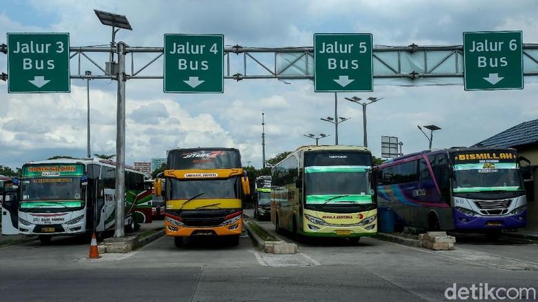 Sejumlah penumpang hilir mudik beraktivitas di Terminal Pulogebang, Jakarta. Mereka manfaatkan momen libur nataru untuk melakukan perjalanan ke luar kota.