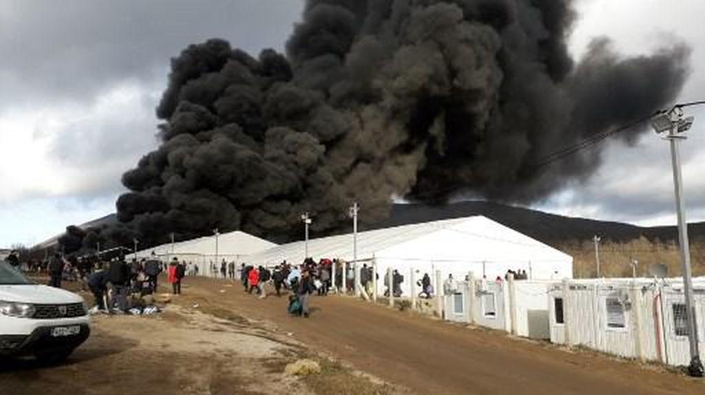 Kamp Pengungsi di Bosnia Terbakar, Asap Hitam Membubung Tinggi