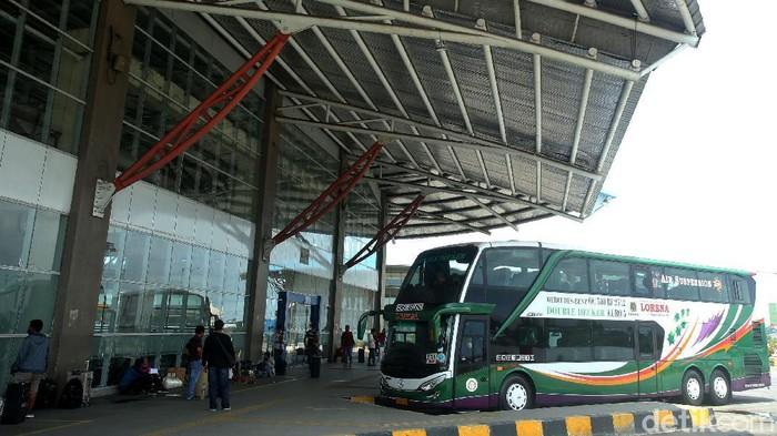Momen libur nataru kerap dimanfaatkan warga untuk pergi ke luar kota. Tak sedikit warga yang pilih menaiki bus double deck untuk perjalanan jarak jauh.