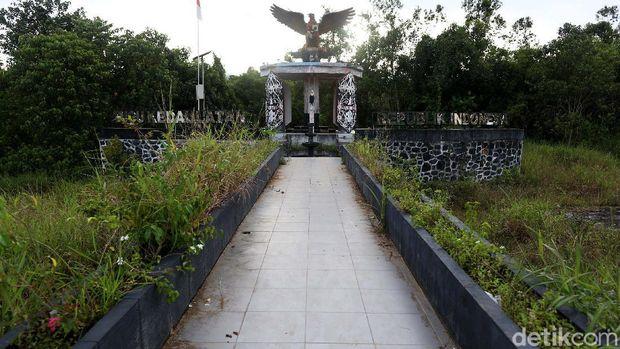 Tugu Kedaulatan Republik Indonesia (RI) jadi salah satu Ikon kebanggan di perbatasan Indonesia-Malaysia, tepatnya di Nanga Badau, Kapuas Hulu, Kalimantan Barat. Sayang, kondisinya kini tak terawat.