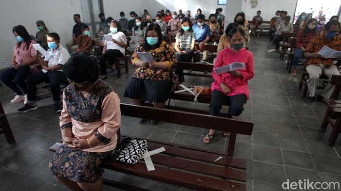 Gereja St. Thomas, Yogyakarta, menggelar misa Natal secara tatap muka. Misa Natal itu digelar dengan terapkan protokol kesehatan.