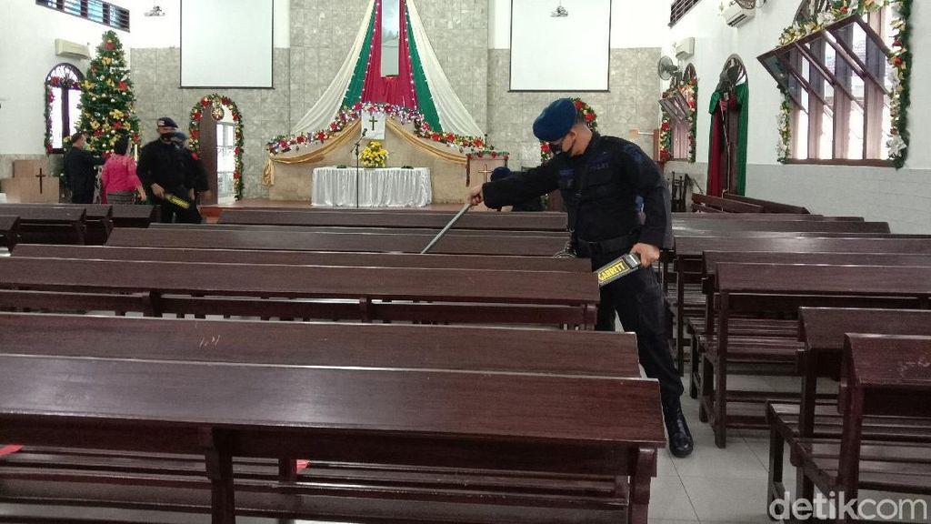 Tim Jibom Polda Sumut Sterilisasi Gereja di Medan Jelang Misa Natal
