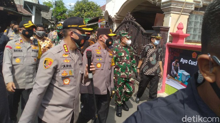Kapolda Metro dan Pangdam Jaya kunjungi kampung tangguh di Jaktim.