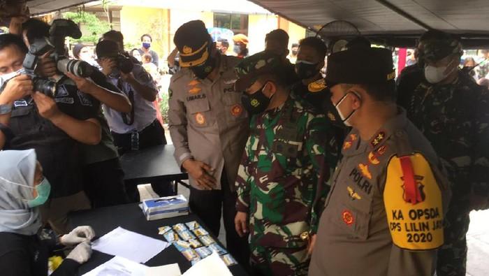 Kapolda Metro Jaya, Irjen Fadil Imran dan Pangdam Jaya Mayjen TNI Dudung Abdurrachman cek swab antigen gratis di Stasiun Pasar Senen