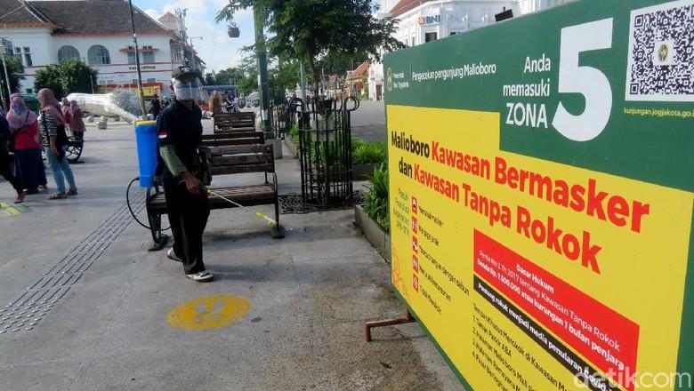 Kawasan Malioboro Yogyakarta disemprot disinfektan. Hal itu dilakukan guna cegah Corona karena kawasan tersebut kerap dikunjungi wisatawan saat libur panjang.