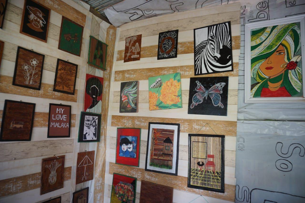 Kreatif! Pria Ini Ubah Sampah Daun Jadi Seni Tempel