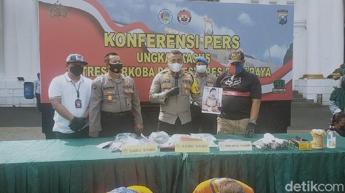 Polisi menembak mati kurir yang membawa 2,3 kg sabu. Ia ditembak karena melawan petugas saat ditangkap di Malang, Selasa (22/12).