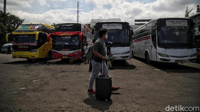 Jumlah penumpang bus di Terminal Tanjung Priok, Jakarta, menurun di momen libur nataru 2021. Penurunan jumlah penumpang bus itu terjadi akibat pandemi COVID-19.
