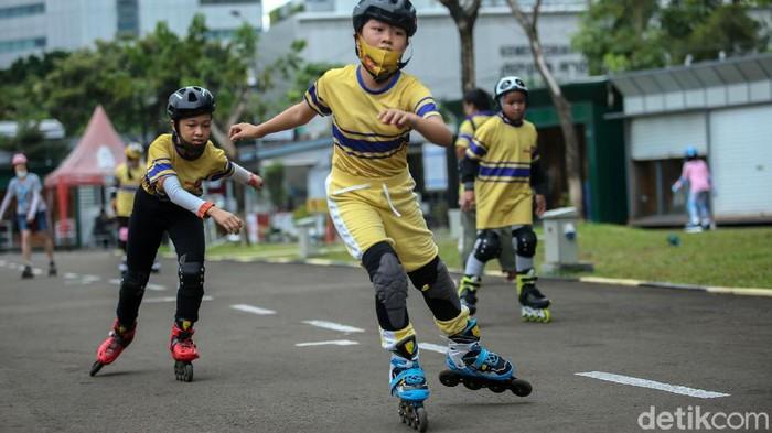 Sejumlah anak berlatih sepatu roda di Thamrin 10, Jakarta, Rabu (23/12). Meski di tengah pandemi, anak-anak ini nampak bersemangat berlatih.