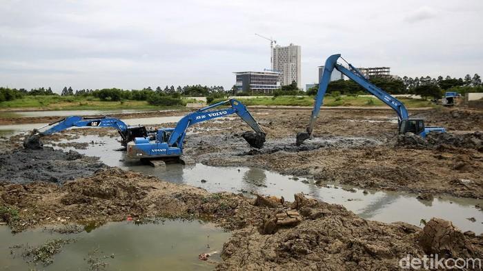 Waduk Site C Jakarta Garden City (JGC) di kawasan Cakung dikeruk. Pengerukan dilakukan untuk meminimalkan potensi banjir di wilayah tersebut.