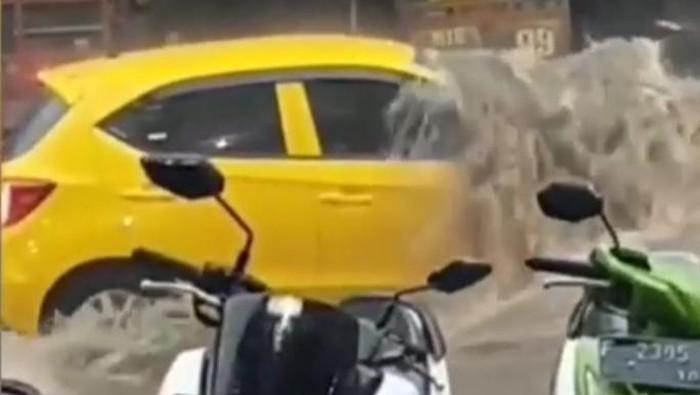 Mobil Terseret Arus Banjir di Bandung