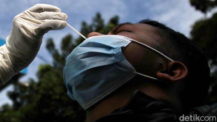 Sejumlah penumpang menjalani rapid test antigen di Terminal Tanjung Priok, Jakarta Utara. Rapid test antigen ini menjadi syarat penumpang perjalanan jarak jauh.