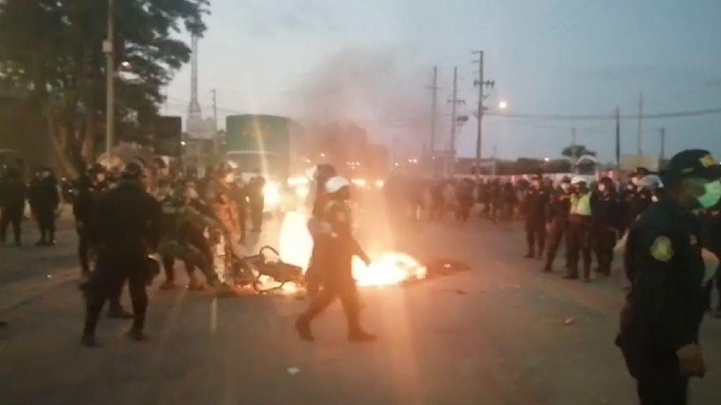 Pekerja Pertanian Blokade Jalan Utama di Peru
