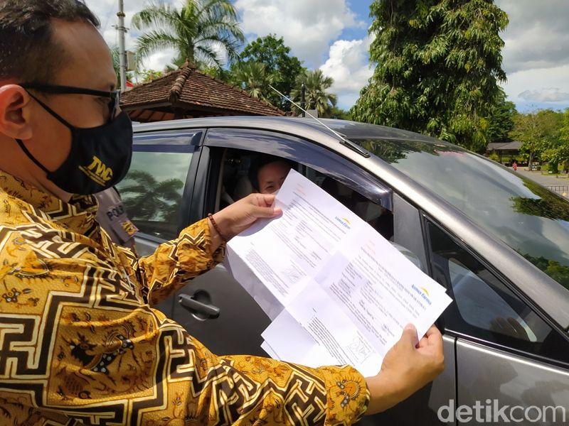 Pemeriksaan berkas Rapid Test Antigen di Candi Borobudur