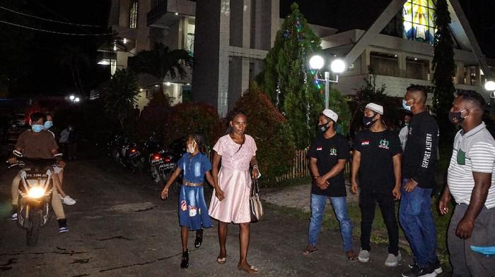 Sejumlah pemuda muslim berjaga di area sekitar gereja yang berada di Kota Jayapura. Seperti apa potretnya?