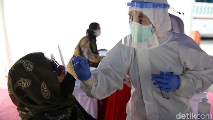 Sejumlah pemudik masih terlihat di Terminal Kampung Rambutan, Jakarta Timur. Mereka bersama pengemudi bus menjalani rapid test antigen.