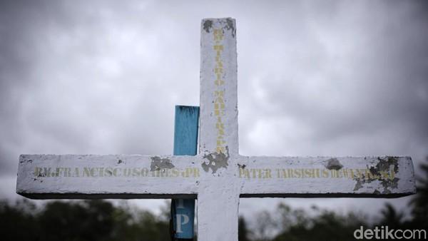Di sini juga terdapat tanda salib berukuran raksasa dari kayu yang disebut Prasasti Metahamuk.