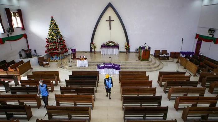 Berbagai gereja di Indonesia bersiap menyambut perayaan Natal. Salah satunya dengan melakukan penyemprotan disinfektan dan menerapkan protokol kesehatan.