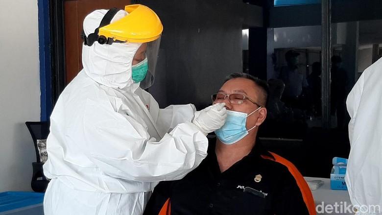 Memasuki libur nataru, awak bus dan penumpang di Terminal Baranangsiang, Bogor, jalani rapid test antigen. Hal itu dilakukan guna cegah penyebaran virus Corona.