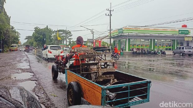 Traktor di Jalan Boyolali-Banyuwangi