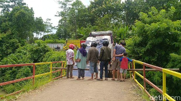Truk tronton nyasar gegara ikuti google maps dan terperosok di jembatan yang patah setelah dilintasinya di Batang, Kamis  (24/12/2020).