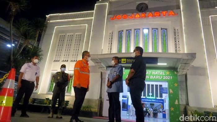 Wali Kota Yogyakarta Haryadi Suyuti melakukan inspeksi ke Stasiun Tugu. Di sana ia meninjau penerapan rapid test antigen bagi para pemudik di stasiun itu.