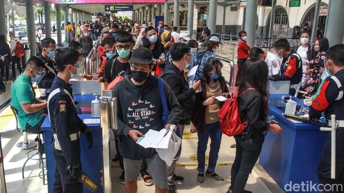 Menurut data PT KAI hingga Jumat (25/12), jumlah penumpang yang menggunakan jasa kereta api dari Daop I mencapai 75.000 orang.