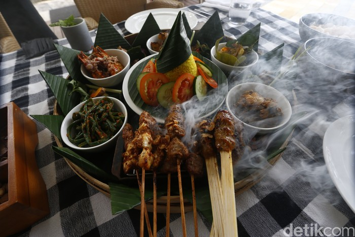 Asyiknya Megibung, Makan Bersama Khas Bali di Tepi Pantai Nusa Dua