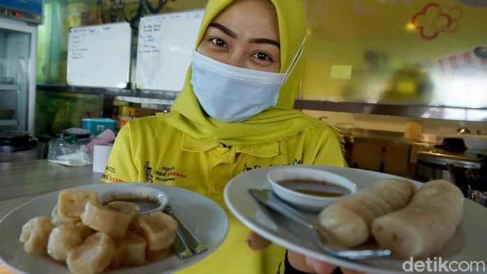 Makanan khas asli masyarakat Kapuas Hulu adalah Kerupuk Basah. Desa Embaloh Hilir dipesisir sungai Kapuas inilah yang jadi salah satu produsen terkenal akan cita rasa aslinya.