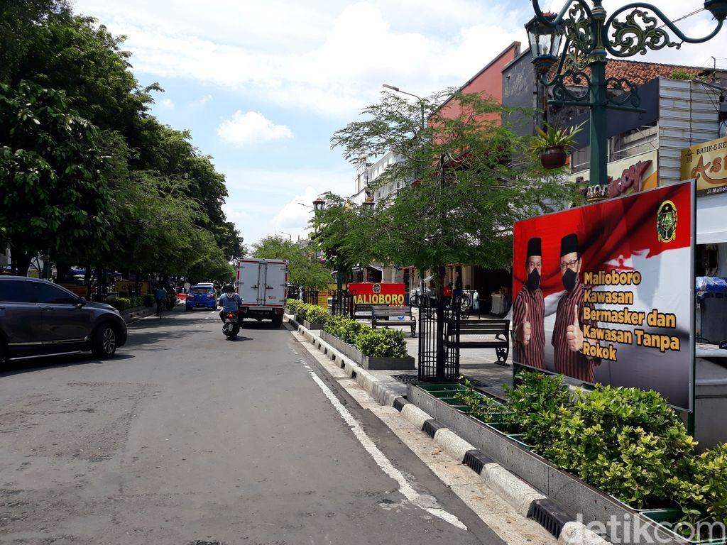Pemkot Yogyakarta untuk sementara mencabut aturan Malioboro tutup pukul 18.00-21.00 WIB. Wisatawan pun diizinkan melewati jalan itu selama 24 jam.