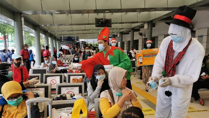 Meriahkan Natal, Manusia Salju Sosialisasi Protokol Kesehatan di Stasiun Senen