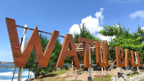 Sesuai jargon yang terpampang di pintu masuk, destinasi wisata yang dibuka sejak 3 tahun lalu ini pantas disebut 3 in 1. Selain untuk tempat rekreasi, Pantai Watu Bale juga dikenal sebagai spot mancing sekaligus lokasi kemah. (Foto: Purwo Sumodiharjo/detikcom)
