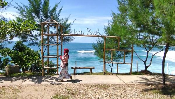 Untuk menuju Pantai Watu Bale rutenya sangat mudah. Dari Kota Pacitan cukup mengikuti Jalan Lintas Selatan (JLS) ke arah timur sejauh 15 kilometer. Jalur berkelok dengan beberapa tanjakan akan membawa Anda menuju lokasi. (Foto: Purwo Sumodiharjo/detikcom)